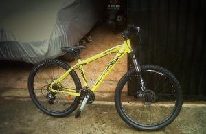 Sepeda kuning sudah bersih kembali.