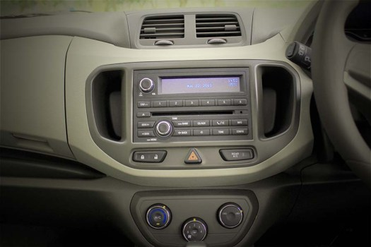 Headunit di center dashboard telah mengadopsi model 2DIN.