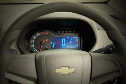 Indikator kecepatan, petunjuk bensin, trip meter dan konsumsi BBM pada panel instrumen model digital.