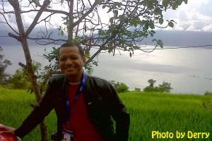 It's me, dengan latar danau Maninjau dari ketinggian salah satu sudut di wilayah Kelok 44.