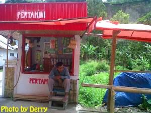 Depot mini dengan merek dagang 'Pertamini' mudah ditemui sepanjang jalan di belakang Ngarai Sianok.
