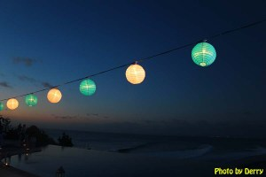 Suasana senja di Blue Heaven di kawasan Pantai Padang Padang sambil diiringi musik tradisional gending, indah nian...