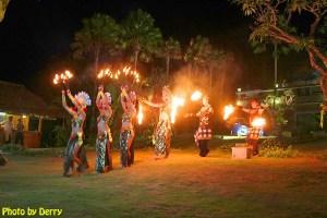 Aksi tarian api di Blue Heaven, Pantai Padang Padang.