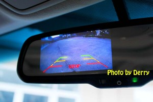 Keberadaan kamera parkir pada kaca spion dalam/tengah juga terasa lebih membantu saat parkir mundur.