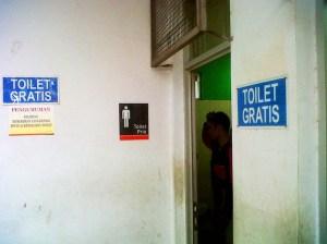 Saat ini, toilet di stasiun Commuter Line telah diperbanyak, lebih bersih, dan yang terpenting, gratis.
