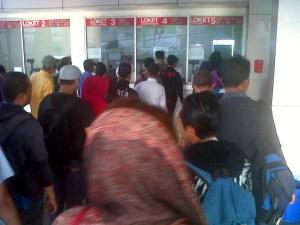 Masyarakat dari pinggiran Jakarta pun mulai naik kelas soal ketertiban mengantri pembelian tiket.