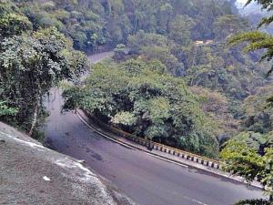 Rute Buleleng menuju Denpasar dipenuhi jalan tanjakan dan turunan tajam, serta tikungan yang agak sempit. Perlu kewaspadaan lebih ketika melintasinya, khususnya saat hujan deras. Embun bisa mengaburkan jarak pandang. Plus, di sini kerap terjadi tanah longsor.