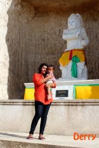 Bunda dan Keanu dengan latar Patung Arjuna di Pandawa Beach.
