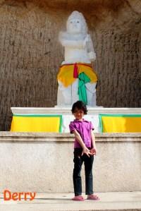 Kakak Oka Andjani juga protes mau difoto sendiri di depan Patung Arjuna. Baiklah, anakku sayang.
