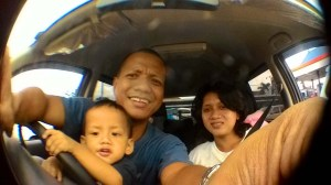 Sambil nunggu antrian naik ke kapal ferry, selfie dulu bersama istri tercinta dan si bungsu Keanu.