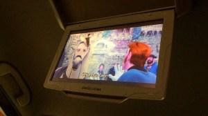 Fitur standar TV 10,1-inchi di atap kabin plus DVD player, membuat putri sulungku dan adik lelakinya anteng menonton film Frozen berulang kali sepanjang perjalanan ini.