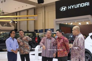 Para petinggi PT Hyundai Mobil Indonesia dan Sandy Hartono (Desainer Hyundai Jerman) saat pembukaan pameran GIIAS 2016, Kamis (11/8).