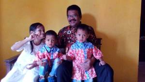 Anak-anak bersama kakeknya (bapak mertuaku) di Ciamis.