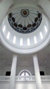 Desain pilarnya yang besar mengingatkan pada suasana di perguruan Bu tong pay yang didirikan pesilat tangguh Thio Sam Hong.