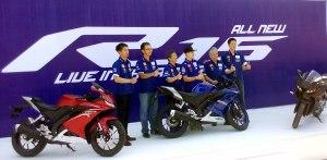 Para petinggi PT Yamaha Indonesia Motor Manufacturing dengan Maverick Vinales #25 saat peluncuran.