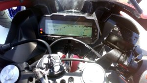 Panel instrumen full digital LCD dengan shifting lighting indicator.