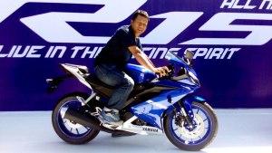 Untuk postur 170 cm (seperti saya) hingga 175 cm, Yamaha All-New R15 sangat body fit beud, guys.