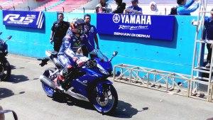 Maverick Vinales #25 bersiap menguji Yamaha All-New R15 di sirkuit Sentul. Apa kira-kira komentarnya yah?